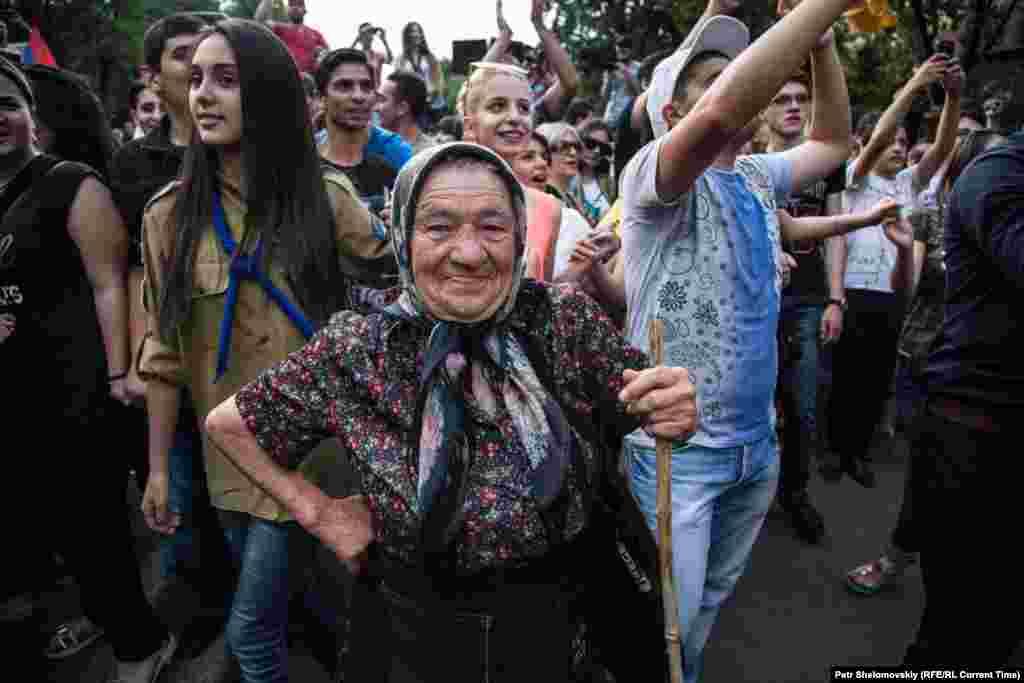 На протест вийшли люди різного віку Фото від 27 червня з проспекту Баграмяна