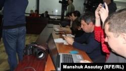 Журналисты на предварительных слушаниях.