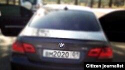 Автомобиль BMW, попавший в аварию в центре Душанбе, предположительно принадлежащий сыну Хукумова.