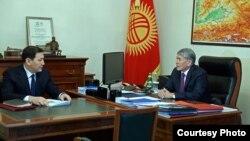 Президент Алмазбек Атамбаев менен УКМК башчысы Абдил Сегизбаев.