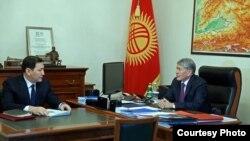 Президент Алмазбек Атамбаев менен Улуттук коопсуздук мамлекеттик комитетинин төрагасы Абдил Сегизбаев.