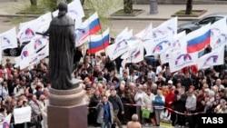 Demonstrație în fața statuiei Caterinei a II-a la Sevastopol la aniversarea fundării portului de către Imperiul Rus