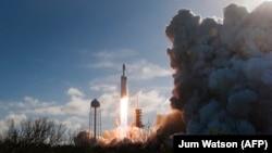 "Iамерка -- ""SpaceX Falcon Heavy"" ракета космосе хоьцуш даьккхина сурт. Флорида штат. 6Чилл2018"