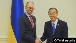 Прем'єр-міністр України Арсеній Яценюк і генсекретар ООН Пан Ґі Мун, Київ, 22 березня 2014 року