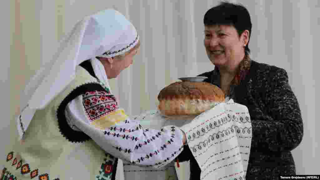 Jurnalista Valentina Ursu, primită cu pâine și sare la Anenii Noi împreună cu întreaga echipă a Europei Libere