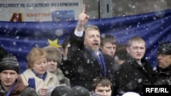 Аляксандар Мілінкевіч падчас перадвыбарчай кампаніі ў Горадні. 4 сакавіка 2006 году