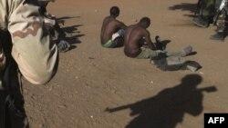 """Prizonieri jihadiști în mâinile armatei din Mali, Africa. România va participa la operațiunea franceză din deșert """"Takuba""""."""