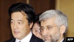 کاتسویا اوکادا (چپ) وزیر امور خارجه ژاپن نگرانی عمیق کشورش را به خاطر برنامه اتمی ایران با سعید جلیلی در میان نهاده است.