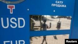 Отключенное табло с курсами покупки и продажи валют в день, когда правительство Казахстана объявило об отмене валютного коридора и о переходе к «свободно плавающему обменному курсу». Алматы, 20 августа 2015 года.