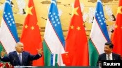 Президент Ислам Каримов (солдо) президент Си Цзинпин менен Бээжиндеги пресс-конференцияда. 19-август 2014