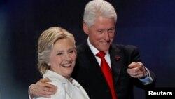 Кандидат у президенти США від демократів Гілларі Клінтон і її чоловік, колишній президент США Білл Клінтон, 28 липня 2016 року