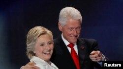 Шайлоо өнөктүгүндө Клинтон айымды анын өмүрлүк жолдошу, АКШнын мурдагы президенти Билл Клинтон колдоп келет