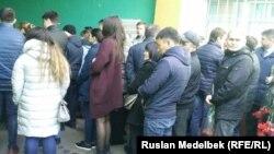 Прощание с погибшим при взрыве в петербургском метро студентом из Казахстана Максимом Арышевым. Алматы, 7 апреля 2017 года.