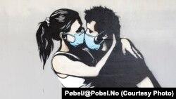 """Уличная картина-граффити """"Любовь во время коронавируса"""" в норвежском городе Брюне, работа местного художника Пёбеля"""