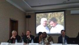 Участники общественных слушаний о мирных собраниях, которые состоялись после в конце визита специального докладчика ООН по вопросу о праве на свободу собраний и ассоциаций Майна Киаи. Астана, 27 января 2015 года.