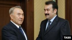 Қазақстан президенті Нұрсұлтан Назарбаев (сол жақта) премьер-министр болып бірінші рет тағайындалған Кәрім Мәсімовті таныстырып тұр. 10 қаңтар 2007 жыл.