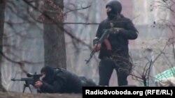 Спецпризначенці використовують вогнепальну зброю проти протестувальників, Київ, вулиця Інститутська, 20 лютого 2014 року