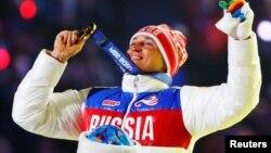 Лыжник Алексей Легков после победы на дистанции 50 км свободным стилем в Сочи