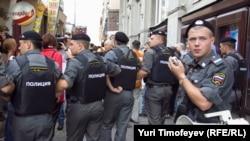 """Свежие наклейки """"Полиция"""" на бронежилетах сотрудников МВД, Триумфальная площадь, 31 июля 2011"""