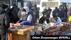 Стихийная торговля на автобусной остановке в Астане. 19 января 2013 года.