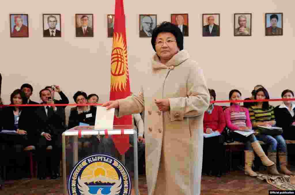 Президент Роза Отунбаева добуш берүүдө.