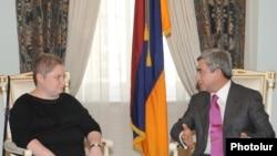 ԱՄՆ-ի փոխպետքարտուղարի տեղակալի օգնական Թին Քեյդենաուն եւ Հայաստանի նախագահ Սերժ Սարգսյանը: 13-ը սեպտեմբերի, 2010թ.
