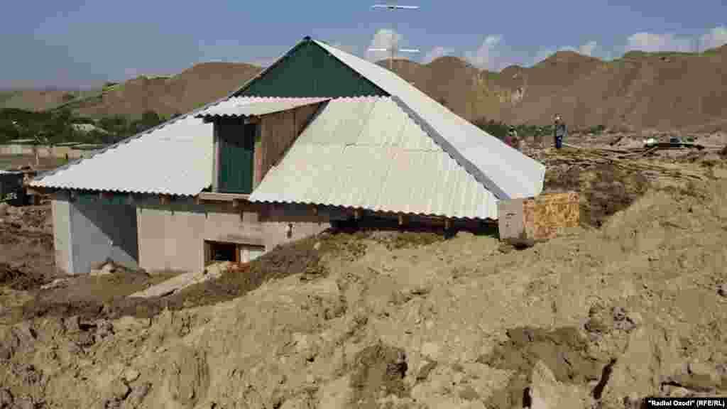 ТАЏИКИСТАН - Од лизгање на земјиште до кое дојде по силните дождови во Таџикистан загинаа десет луѓе меѓу кои и четири деца. Министерството за вонредни ситуации соопшти дека од лизгањето на земјиштето биле погодени селата Дашти Кози и Киштудак доцна вчера, а спасувачката мисија се одвива денеска.