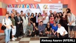 Участники фестиваля театров кукол в день открытия. Алматы, 5 сентября 2014 года.