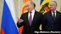 Președintele Igor Dodon pozînd la St. Petersburg alături de omologul său rus, Vladimir Putin, 6 decembrie 2018