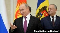 Vladimir Putin və Igor Dodon Sankt Peterburqda (foto arxivdəndir)