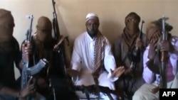 رهبر گروه بوکو حرام، ابوبکر شیکاو، در وسط