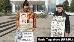 70-летняя Валентина Тарасова и ее муж 75-летний Владимир Тарасов на акции протеста против необъективного, по их мнению, расследования гибели их сына Григория Тарасова. Усть-Каменогорск, 14 апреля 2016 года.