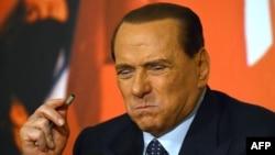 Kryeministri i dikurshëm i Italisë, Silvio Berlusconi (Ilustrim)