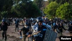 Policia pakistaneze duke u tërhequr nga protestuesit në Islamabad