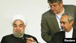 محمد نهاوندیان، رئیس دفتر رئیس جمهور ایران (سمت راست) در کنار حسن روحانی