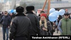 Полиция қызметкерлері көгілдір түсті шар ұстаған әйелге беттеді. Астана, 22 наурыз 2018 жыл