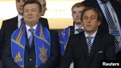 Presidenti i Ukrainës VIktor Janukoviq (majtas) dhe presidenti i UEFA-s Mishel Pllatini në stadiumin olimpik në Kiev