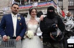 Свадьба на баррикадах в Донецке