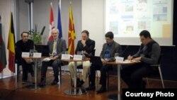"""Панел-дискусија """"Водење на јавната дебата на повисоко ниво: Социјални медиуми како олеснителен фактор за партиципативна демократија"""" во ЕУ Инфо центарот во Скопје."""