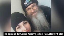 Священник Андрей Винарский (справа) и журналистка Кристина Грицаенко, задержанные за протесты в Хабаровске