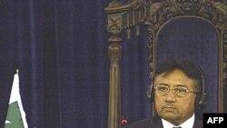 آقای مشرف در آستانه سال جاری با برکنار کردن رييس ديوان عالی پاکستان، با کاهش محبوبيت مردمی رو به رو شد.