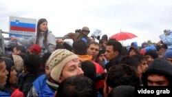 Migrantët duke pritur në kufirin ndërmjet Sllovenisë dhe Kroacisë