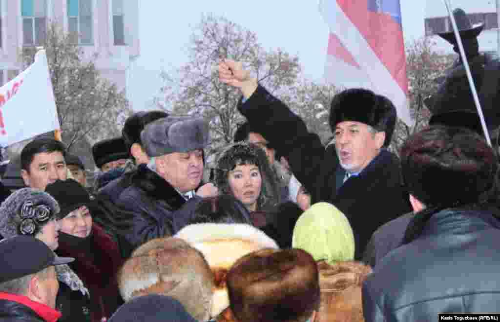 """Политик Хасен Кожа-Ахмет (справа) призывает пикетировать офис президентской партии """"Нур Отан"""" в знак протеста против действий властей в Жанаозене."""