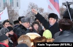 """Политик Хасен Кожа-Ахмет (справа) призывает всех пикетировать офис президентской партии """"Нур Отан"""" в знак протеста против действий властей в Жанаозене. Алматы, 17 декабря 2011 года."""
