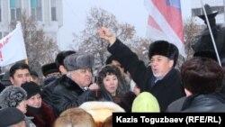 Политик Хасен Кожа-Ахмет на митинге на площади Республики в Алматы, 17 декабря 2011 года.