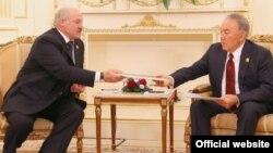 Беларусь президенті Александр Лукашенко Қазақстан президенті Нұрсұлтан Назарбаевқа мұрағат құжаттарының көшірмесін табыстап тұр. Астана, 8 маусым 2017 жыл.