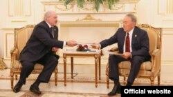 Президент Беларуси Александр Лукашенко передает копии архивных документов президенту Казахстана Нурсултану Назарбаеву. Астана, 8 июня 2017 года.