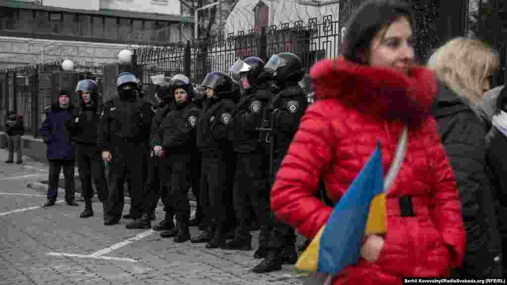 Після встановлення порядку, силовики відійшли вбік і лише спостерігали за перебігом подій, вони не заважали активістам «прикрашати» будівлю посольства