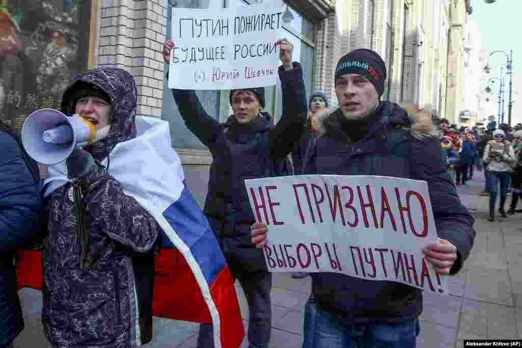 Первыми акцию протеста в воскресенье начали на Дальнем Востоке. На фото: молодые люди во Владивостоке.