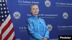 Armenia - U.S. Secretary of State Hillary Clinton honors Armenian civic activists at the U.S. Embassy in Yerevan, 4Jun2012.